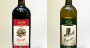 Бутылка белого и красного вина
