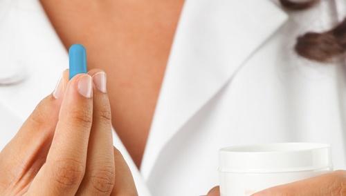 Женская рука предлагает таблетку